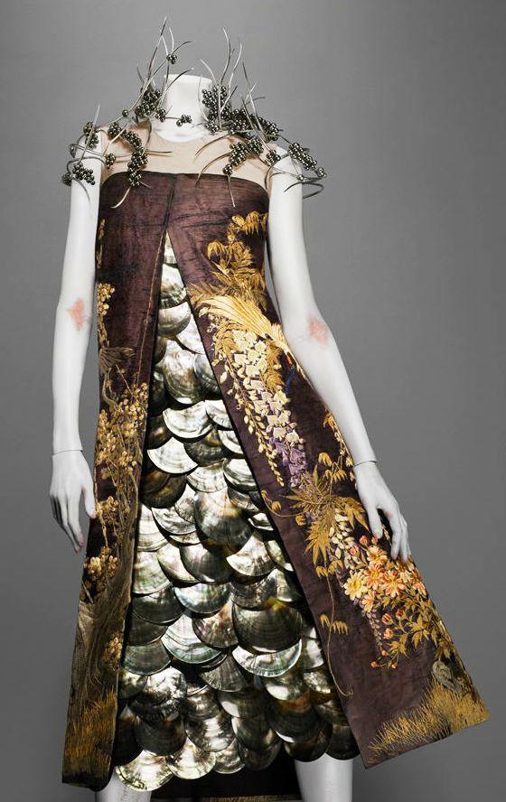 Alexander McQueen's Savage Beauty:Ensemble, VOSS, spring/summer 2001