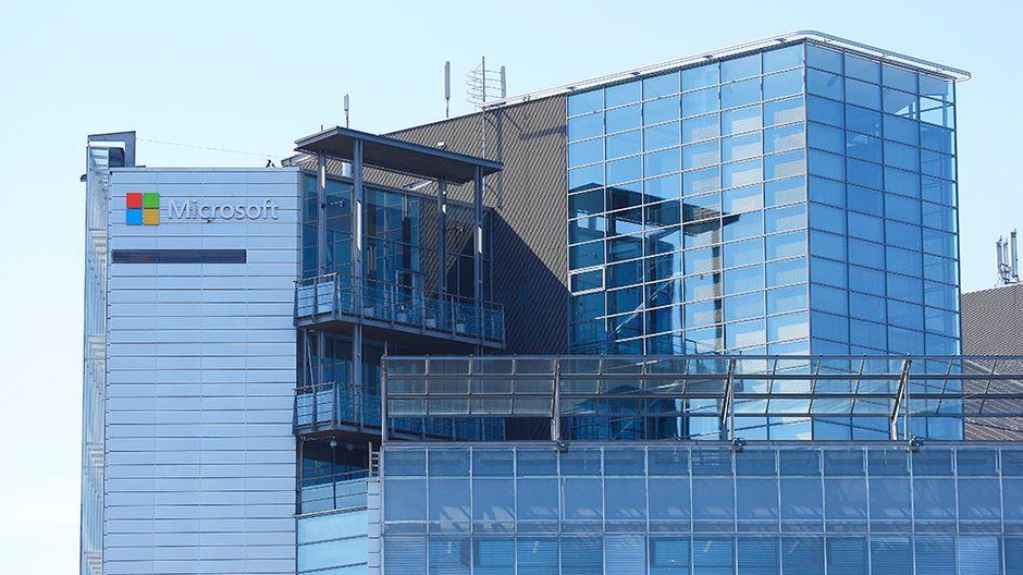 Ensin lähti Suomesta valmistus, nyt myös tuotekehitys ja suunnittelu. Käytännössä Microsoft vetäytyy älypuhelimissa kuluttajamarkkinoilta ja keskittyy omaan leipälajiinsa eli yrityksiin, arvioi Ylen taloustoimituksen esimies Antti Oksanen.