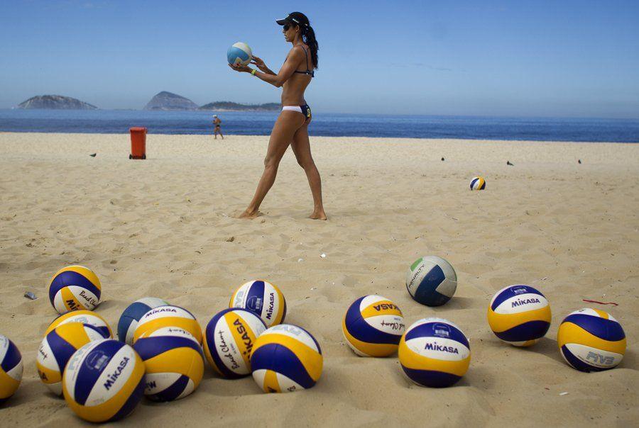 Rio De Janeiro Brazil Women S Beach Volleyball Player Talita Antunes Practices Serves Beach Volleyball Volleyball Training Olympic Training