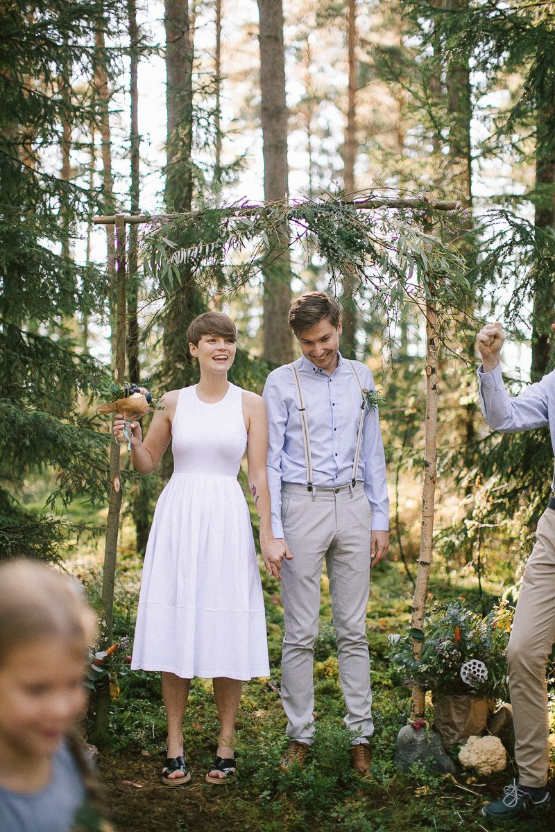 Beautiful intimate wedding ceremony in the forest | fabmood.com #weddingceremony #intimatewedding #forestwedding