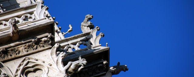 Las quimeras guardan Notre Dame. París