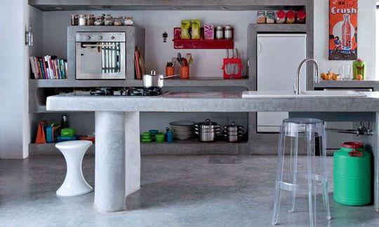 Un esprit sixties jusque dans la cuisine en béton finition tadelakt sous des plafonds en thuya. Dessiné par Emma, le plan de travail a été conçu comme une grande table. Emma a aussi fait mouler des étagères pour y organiser les rangements, un four Whirlpool et le réfrigérateur. Cotemaison.fr