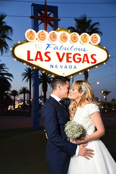 20 Wedding Photos You Must Have Vegas Wedding Chapel Vegas Wedding Photos Las Vegas Wedding Photos