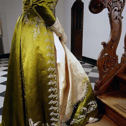 Japon of 'redingote' van mosgroene en zachtroze zijde, bestaande uit een japon met open rok (a) en een rok (b) geborduurd met lelietjes van dalen, anoniem, ca. 1785 - Rijksmuseum