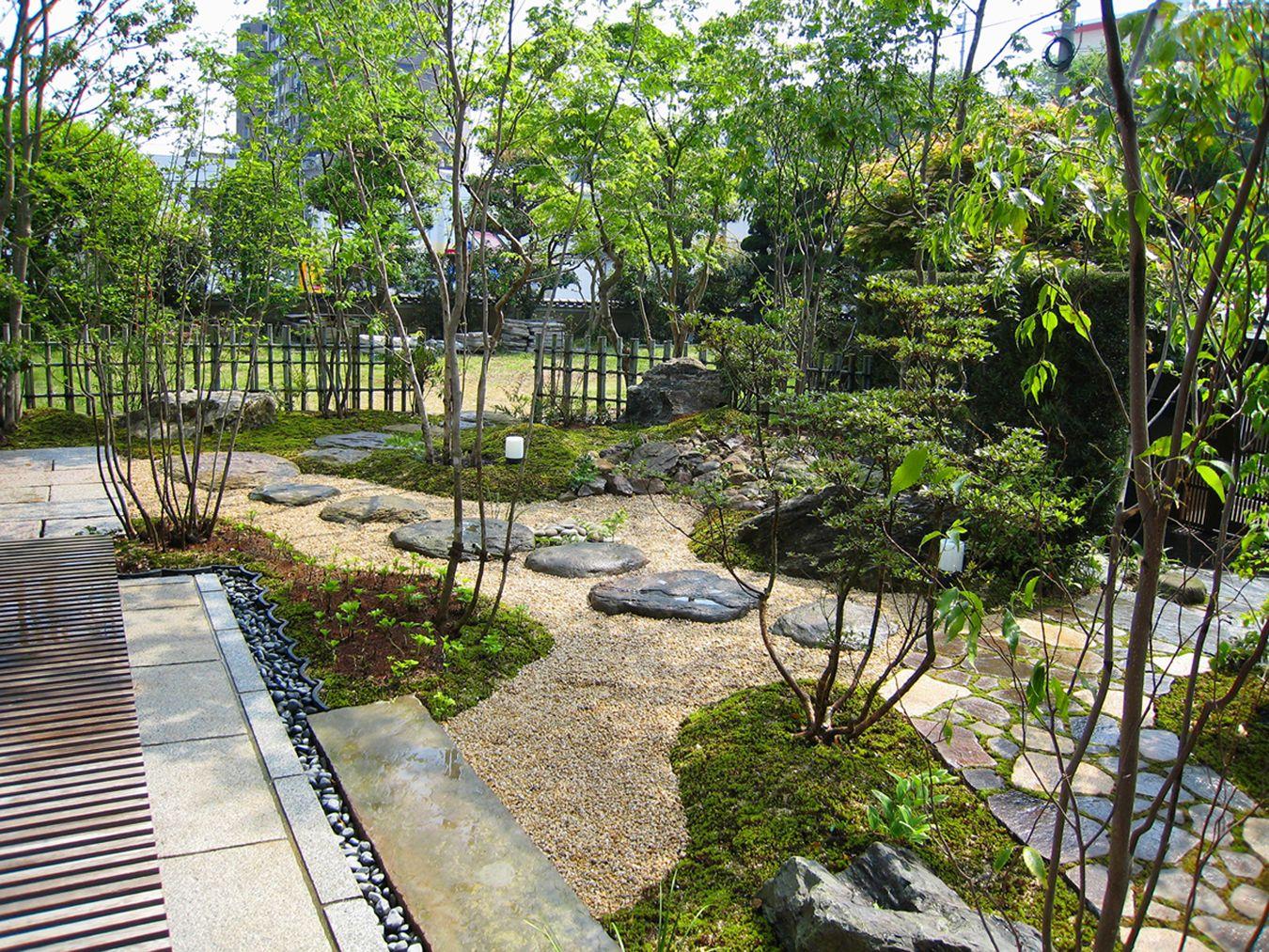 プライベートな庭園空間 誰もが憧れる理想の庭をカタチにさせていただきました 門をくぐり アプローチを進むと徐々に住まいが見えてくる 家から庭を眺めたとき 緑に囲まれ周囲の目を気にせずくつろぎの時間が過ごせる 庭 日本庭園 庭のレイアウト