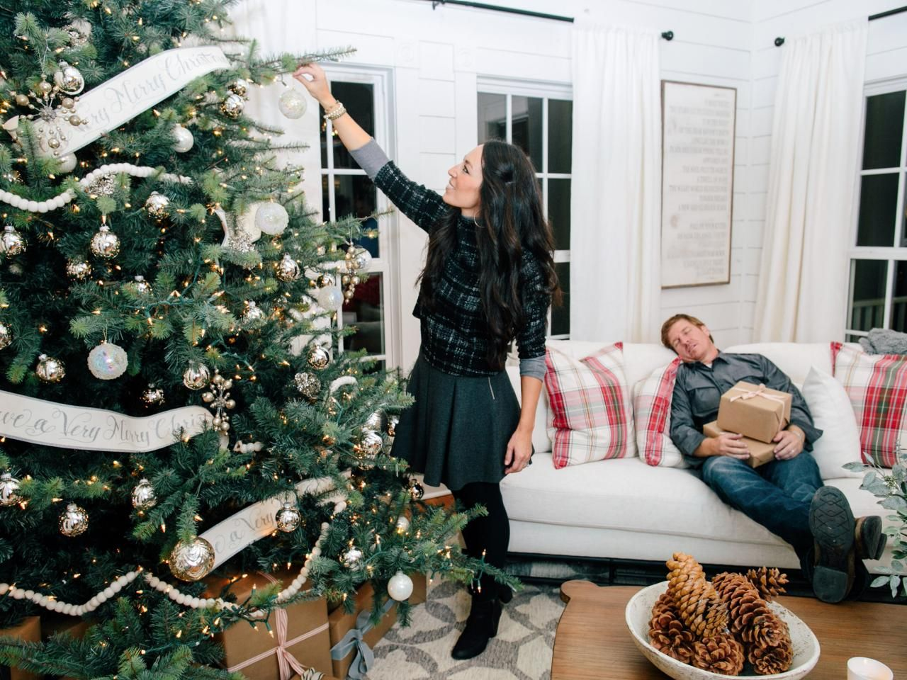 Christmas time is here.  Chip and Jo welcome the holidays with a special episode of Fixer Upper.