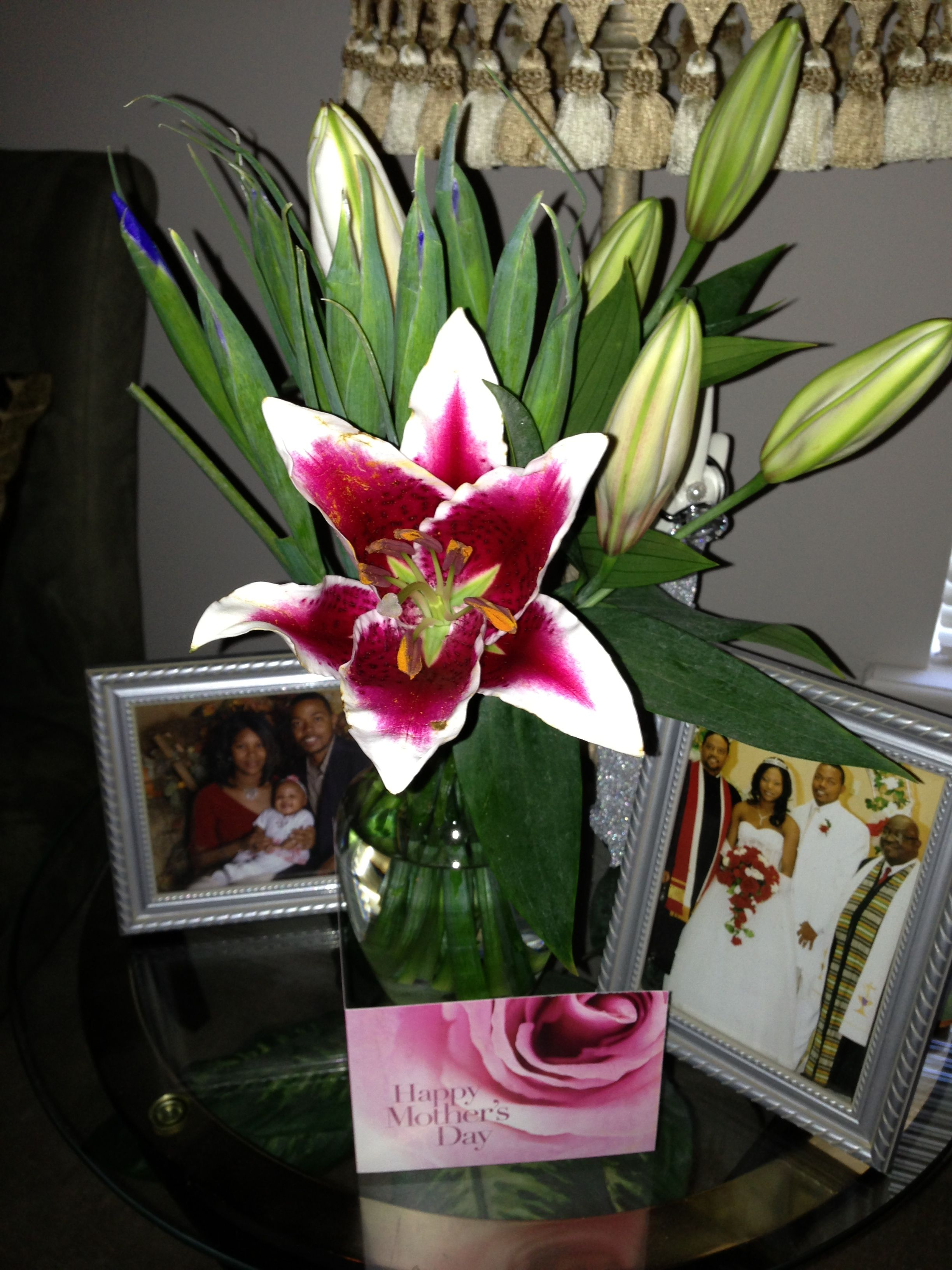 Thanking my hubby for sending me flowers!  On this great mother's day! Although, I fuss about them...cause I can't keep them alive...I love them and the special thought that went behind them;) #fedexreallydeliveronsundaylol
