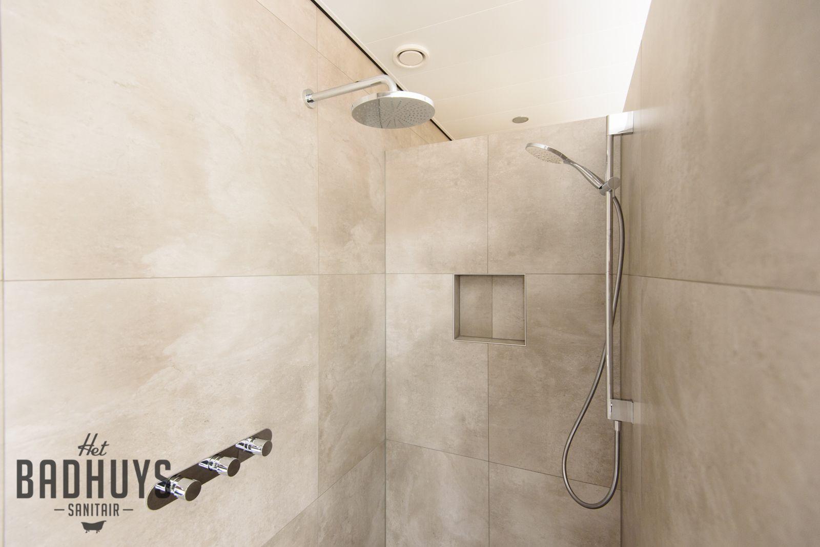 Eigentijdse badkamer met infraroodcabine het badhuys luxe