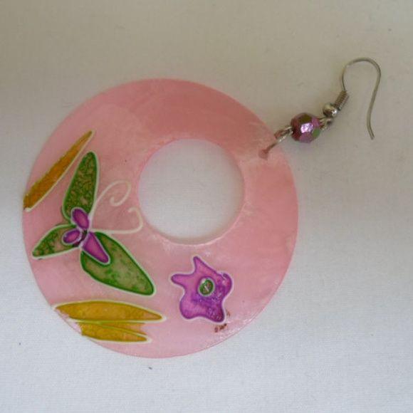 Brinco Flor feito com madrepérola. R$ 1,00