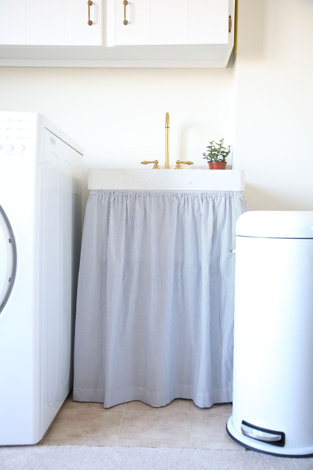 Transform Dated Into Beautiful Without A Lot Of Expense Or Effort Laundry Room Ideas Laundry Room Decor Laundry Room Sink Laundry Room Makeover