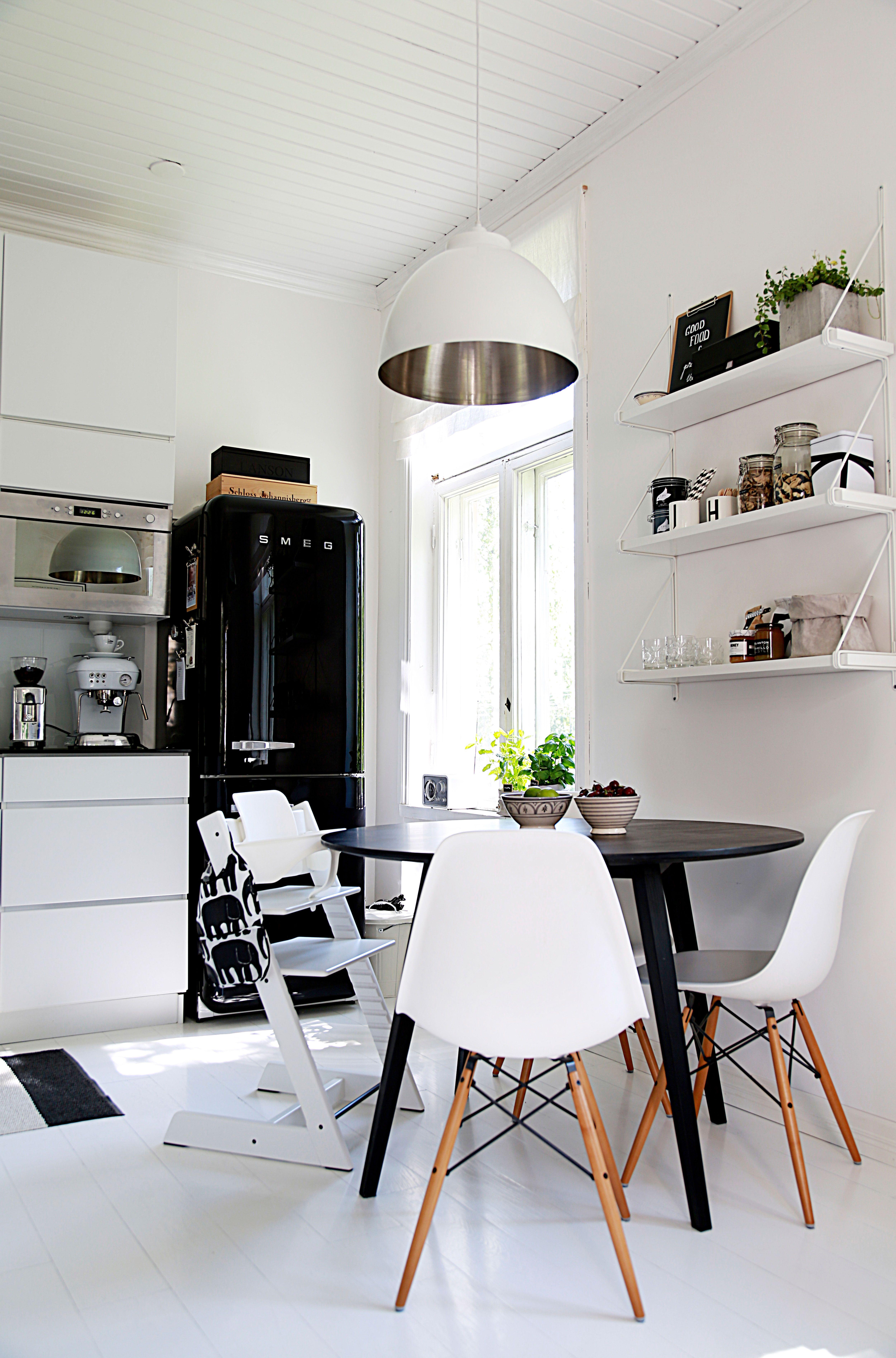 Valkoisessa ja modernissa keittiössä on käytetty paljon tanskalaista designia. Pientalo ja piha 4/2014 Kuva: Sara Huhtinen