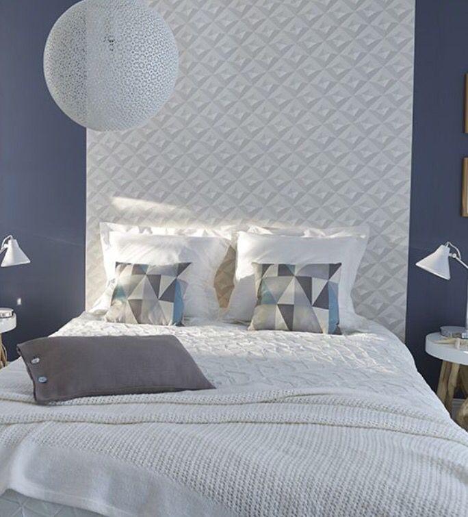 pour un tte de lit originale optez pour ce papier peint graphique blanc qui contraste avec la couleur bleue des murs - Papier Peint Moderne Pour Chambre Adulte
