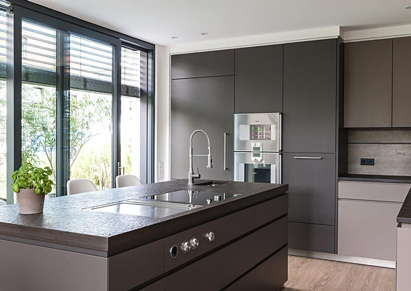 Altholz Braun, Grau Und Edelstahl   So Geht Einrichten | Immobilien Ab 1  Mio. Moderne KüchenHaus ...
