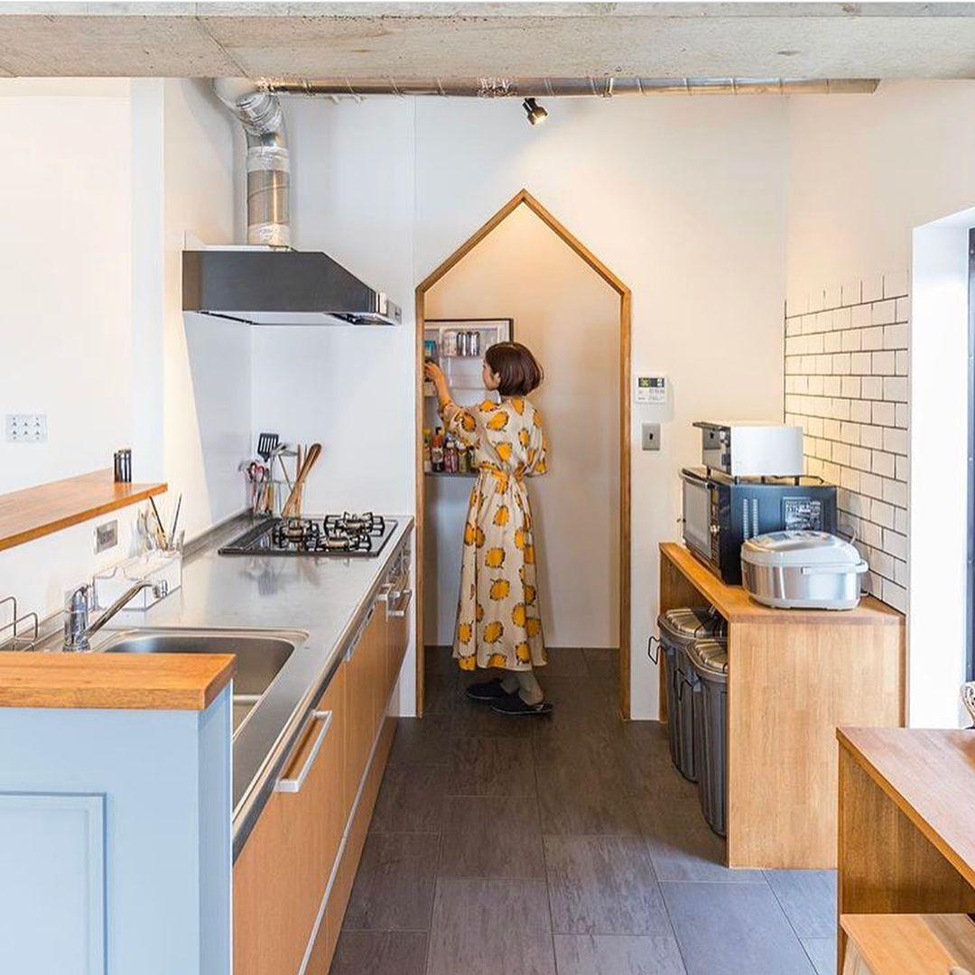おうち作りでやりたいこと その キッチン横のパントリー 憧れのパントリー ブルーノのホットプレートを置いたり 食品のストックを整頓して置く予定 10年前に建てた Home Furniture Apartment Decor Interior Design Living Room