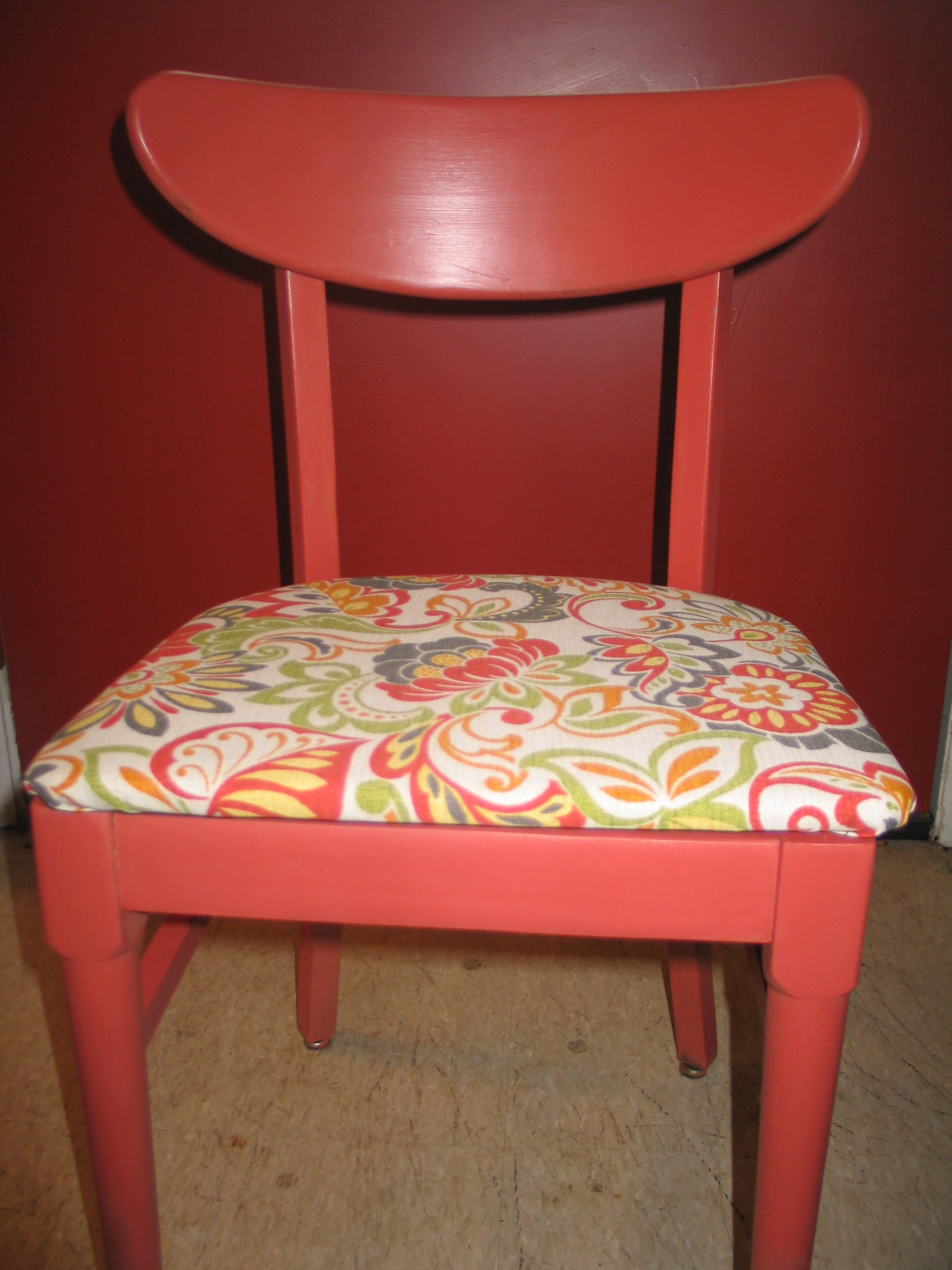 Love this little retro chair. It's a 1950s/1960s blond