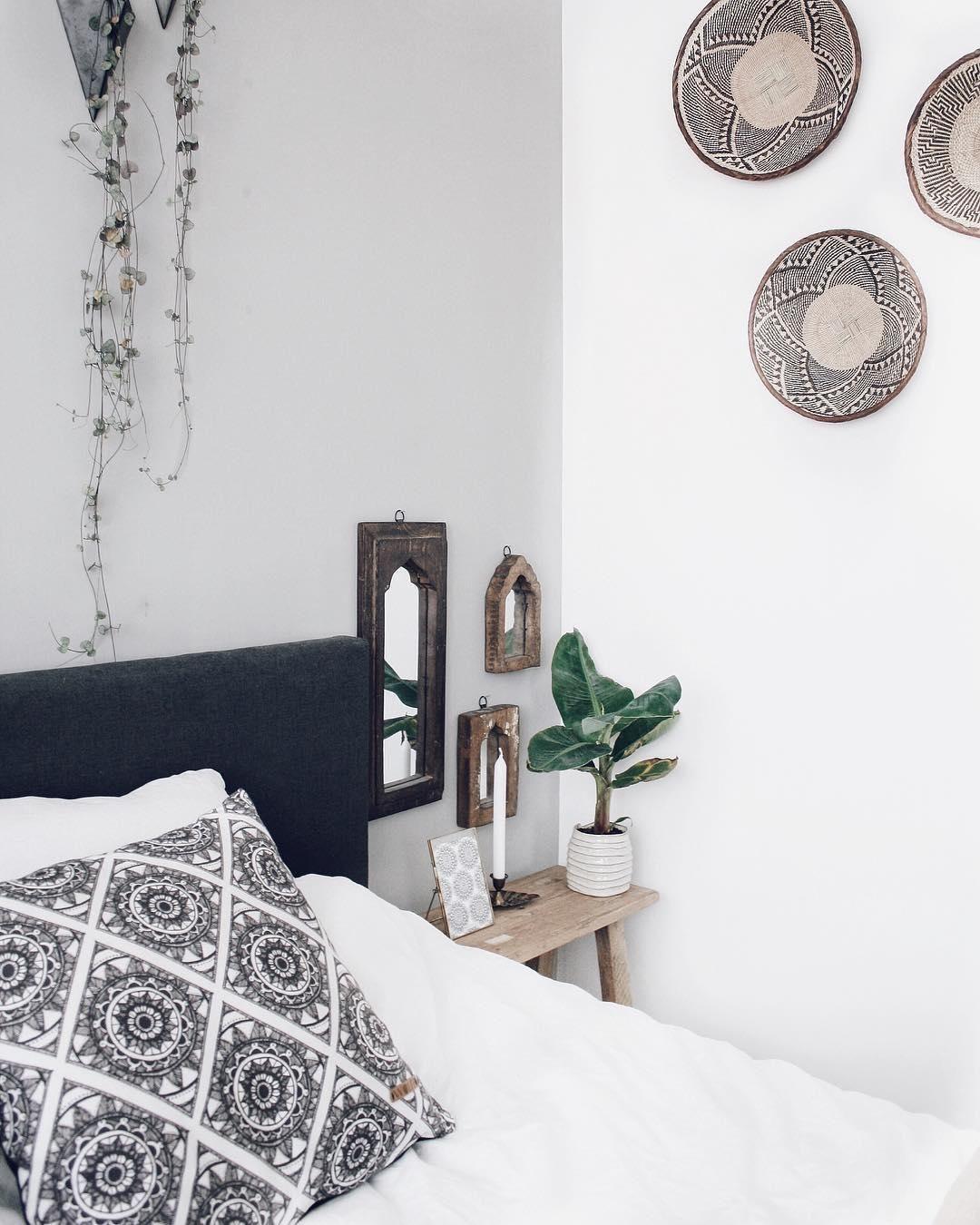 In Diesem Schlafzimmer Sind Süße Träume Vorprogrammiert. Der Hocker Rustic  Aus Teakholz