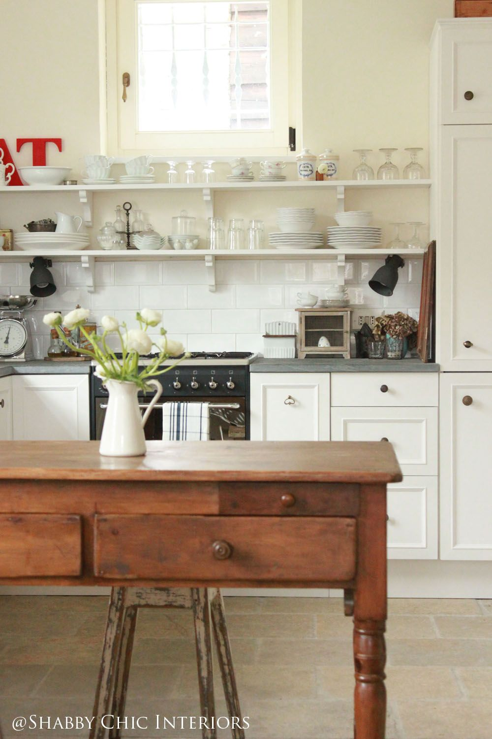 Cucine Country Chic Ikea.Shabby Chic Kitchen With Long Styled Shelves Interiors Restyling