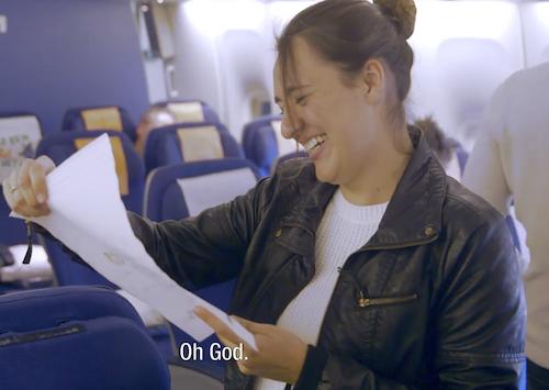Ámsterdam, Holanda.- La línea aérea KLM ha sorprendido a numerosos pasajeros de uno de sus vuelos con una simple y emotiva acción que ha planificado en el aeropuerto Schiphol en Ámsterdam, con la colaboración de familiares y amigos que despedían a sus seres queridos.