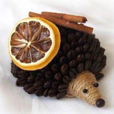 Máme pre Vás zábavný DIY projekt na výrobu roztomilého ježka z kávových zŕn. Vedeli ste, že kávové zrnká sú aj vynikajúcim deodorantom v domácnosti? S inými prírodnými vôňami ako napírklad sušený citrón či škorica svojho ježka nielen vylepšíte, ale aj pridáte sviežu vôňu svojej kuchyni v prvých jesenných dňoch. Zabavte sa!   Potrebujeme:     Umelá alebo polystyrénová polguľa Hnedá akrylová farba a štetec Jutový povraz Kávové zrná Kúsok peny Kartón Kúsok škorice, sušený plátok…