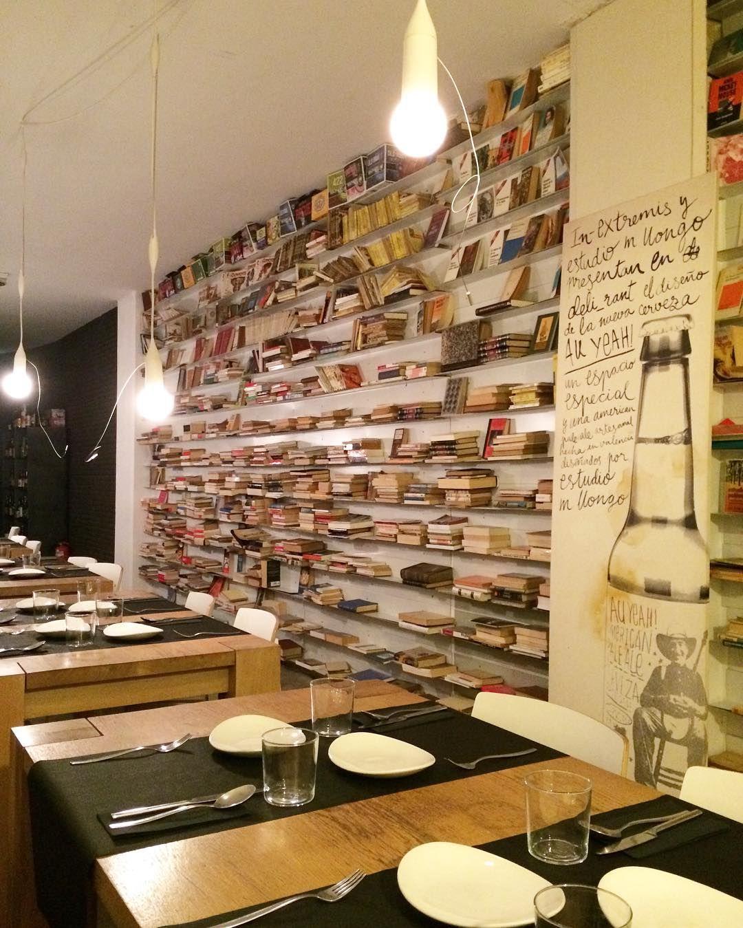 Hoy salimos a cenar. Me encanta la pared llena de libros. by cuadernodepili