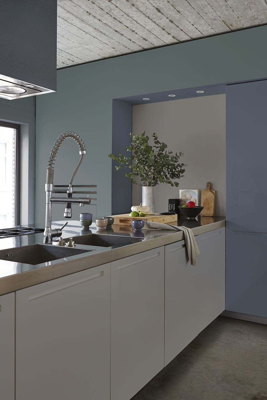 de koele accentkleur inflatable blue geeft een modern contrast modern industrial kitchen in cool colors