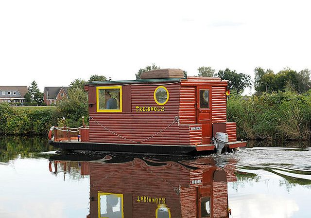 8754 Hausboot In Fahrt Kahn Mit Holzaufbau Holzhaus Und Aussenbordmotor Auf Der Doveelbe Vor Hamburg Reitbrook House Boat Floating House Vacation Time