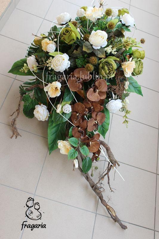 Kompozycja W Gazonie Krem Z Odcieniami Zielni I Brazu Naturalne Dodatki Przeznaczenie Podwojny Pomnik Floral Arrangements Black Flowers Flowers