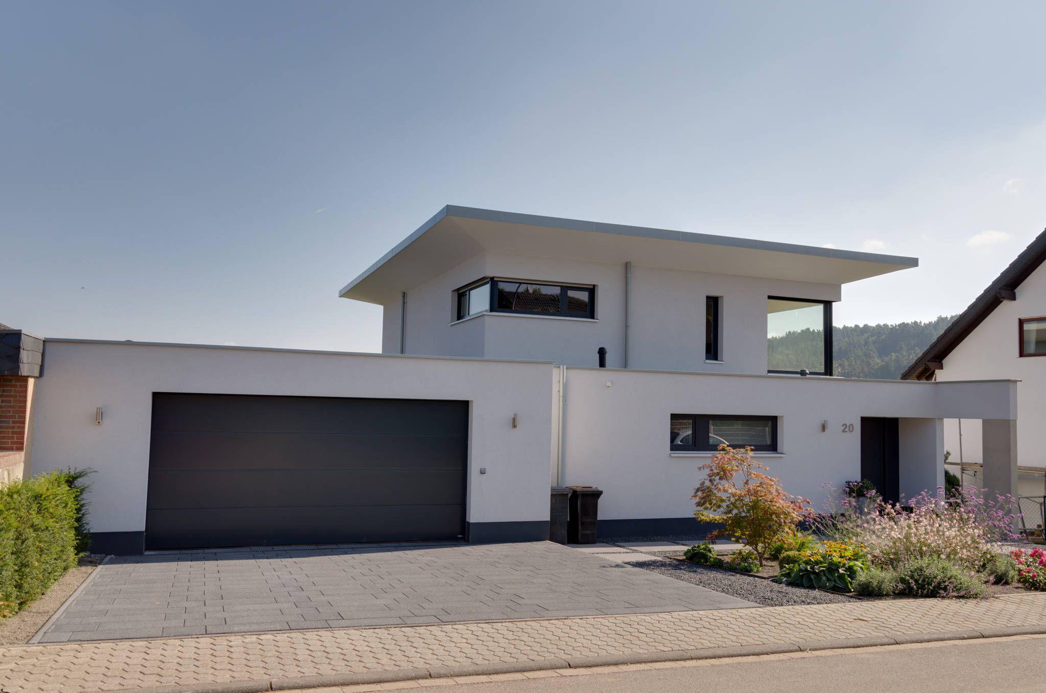Moderne häuser bilder neubau eines einfamilienhauses mit doppelgarage in hanglage