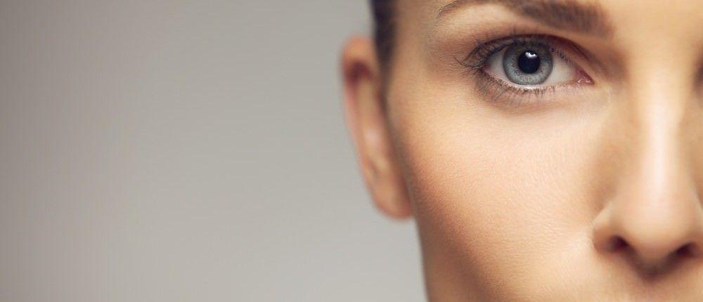 Verschwommenes Sehen, mehr Licht beim Lesen und eine gerade Linie, die beim Fokussieren zu einer Krummen wird. Wer solche Symptome hat, könnte an einer Makuladegeneration leiden... http://superfood-gesund.de/makuladegeneration/