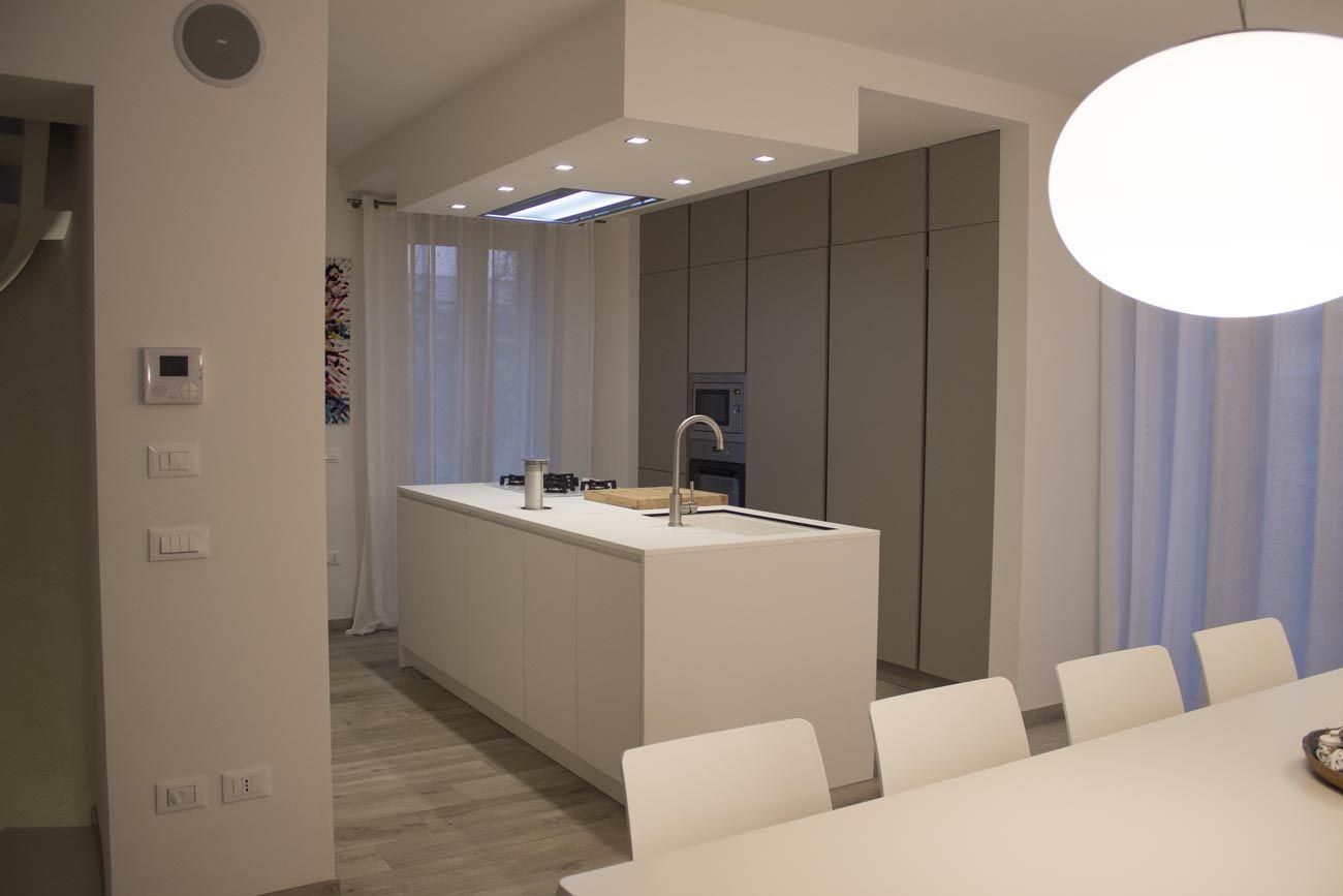 Cucina lineare finitura isola laccato bianco, colonne dispensa ...