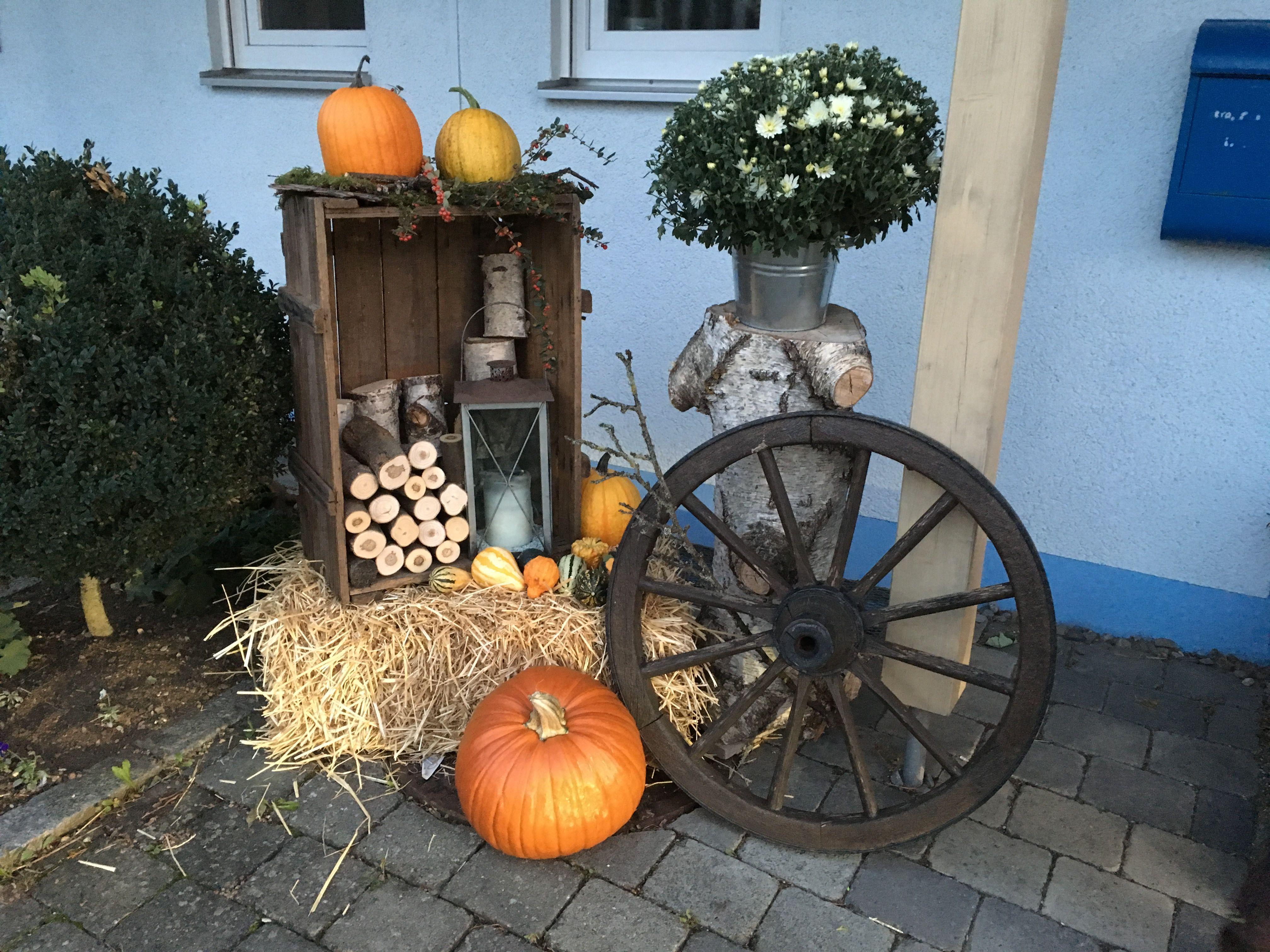 Holzkiste mit altem Wagenrad herbstlich dekoriert #herbstdekotisch