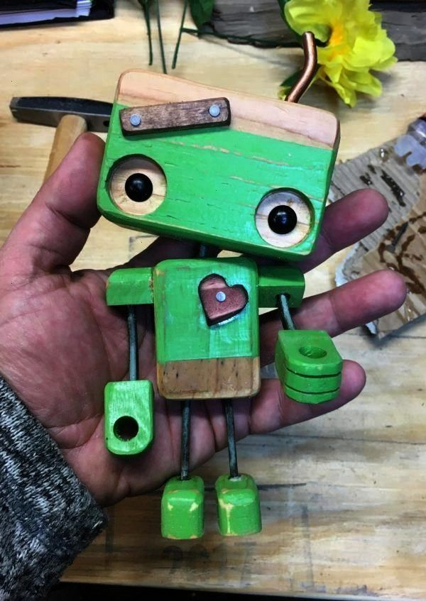 know this little Pallet Wood Robot is adorable Cmon you know this little Pallet Wood Robot is adorable  Robot toy romantic steampunk courtesy light heart gift Robot en bo...