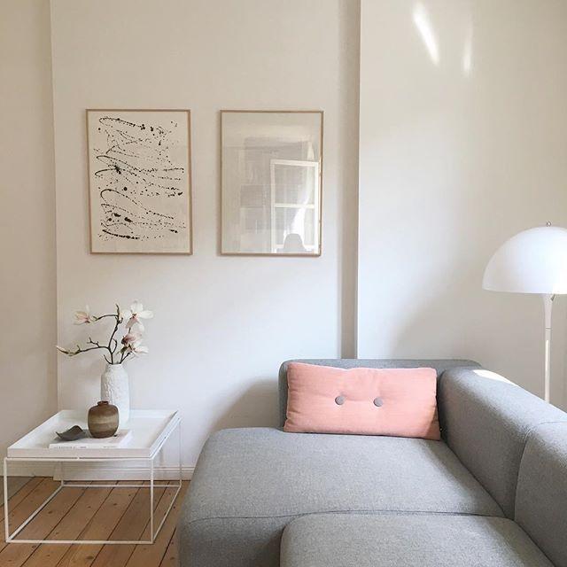 WEBSTA @ schmasonnen - My #favouriteplace liebe Lilli, ganz klar meine Couch. Hier liege ich jetzt auch krank, dank meiner Tochter, die mich angesteckt hat. Und alle, die Kinder haben wissen, wie fies Kinderbakterien sein können🙈. Also ich mach mich jetzt mal auf die Suche nach Mitleid 😉...This is #myfavouriteplace for the #instagraminteriorchallenge - have a nice evening. ...#liebelea #hieristdasbild #undjaduhastrecht @wirvierhier #interiorinspo #interiorblogger #roomforinspo #aquietstyle…