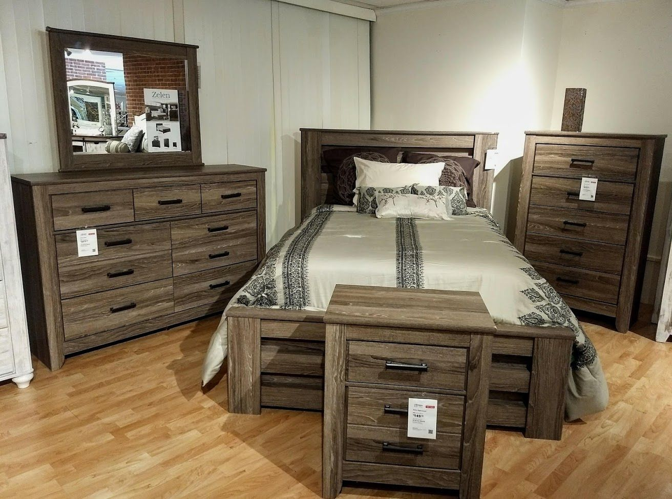 This vintage casual Zelen Bed Set embodies charm and