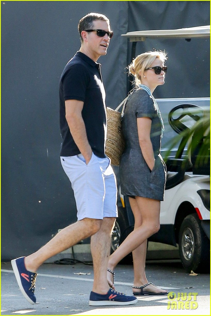 Photo Reese Witherspoon And Her Husband Jim Toth Head Into The Hotel Bel Air With Their Son Tennessee On Sunday Afternoon August In Hollywood