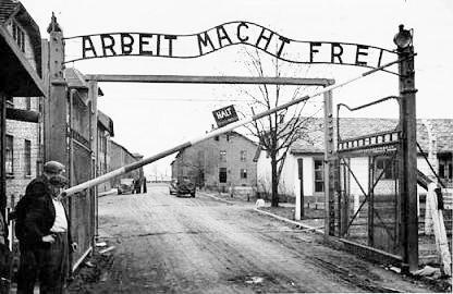 """Arreaza dice que la #Huelladeracionamiento es """"LIBERADORA"""".  El portón de Auschwitz dice """"EL TRABAJO LOS HARÁ LIBRES"""""""