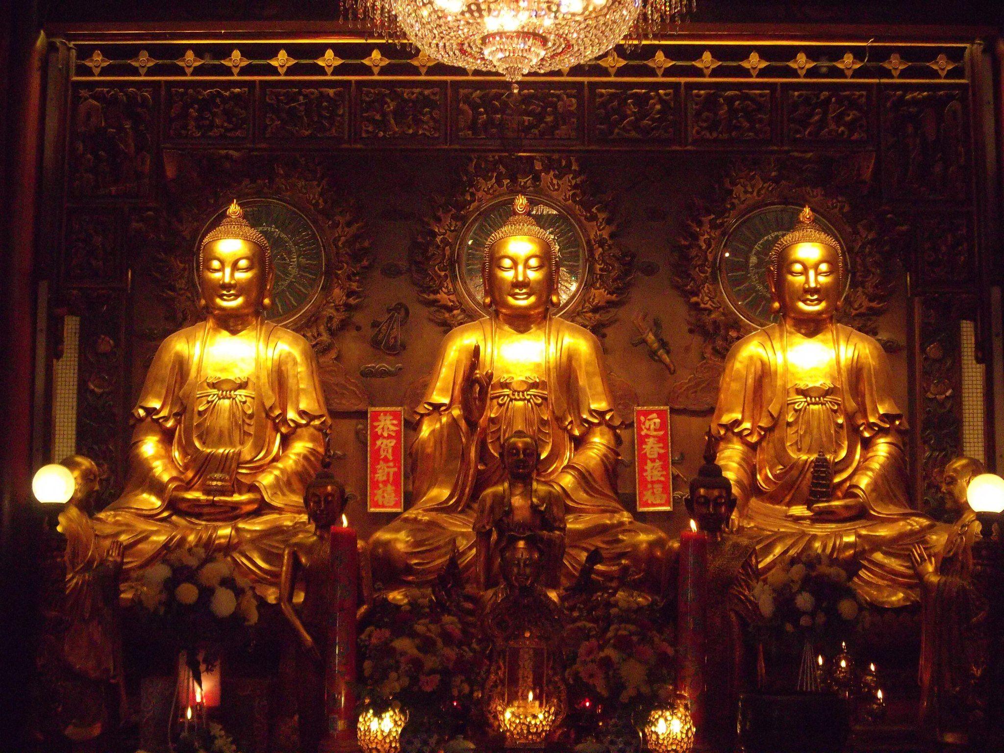 พระพุทธรูปนิกายมหายาน ตามวัดจีนมักมีพระพุทธเจ้าองค์ประธาน ๓ องค์ คือพระศรีศากยมุนี๖องค์กลาง) พระไภษัชยคุรุไวฑูรยประภาตถาคต(องค์ซ้ายในภาพ) และพระอมิตาภพุทธเจ้า