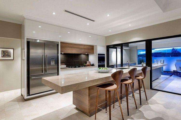 modèle de cuisine moderne en bois massif et blanc laqué, îlot en ...