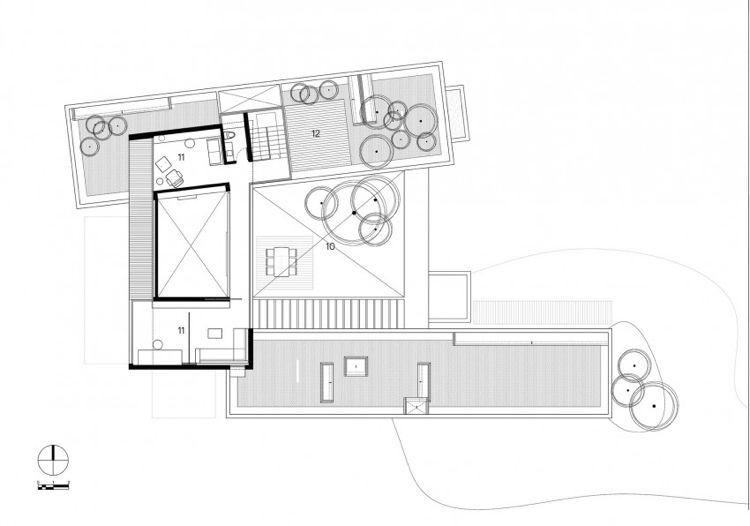 Jardin intérieur entouré de baies vitrées - une maison design