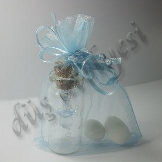 Mantar tıpalı cam şişe, içinde biberon. Tül kese içine düzenlenmiş, mavi kurdele ile süslenmiş.