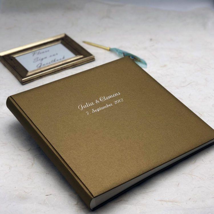 Hochzeitsgastebuch In Gold Mit Pragung Der Namen Und Des Hochzeitsdatums Verlobung Und Hochzeit Buchbinderei Verlobung Hochzeit Gastebuch Hochzeit Hochzeit