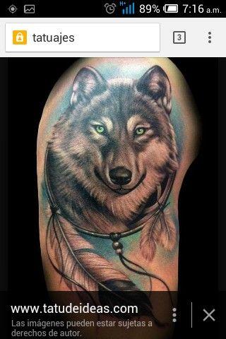 Un Tatuaje De Un Lobo Tipo Realista Con Un Atrapa Sueños Con Plumas