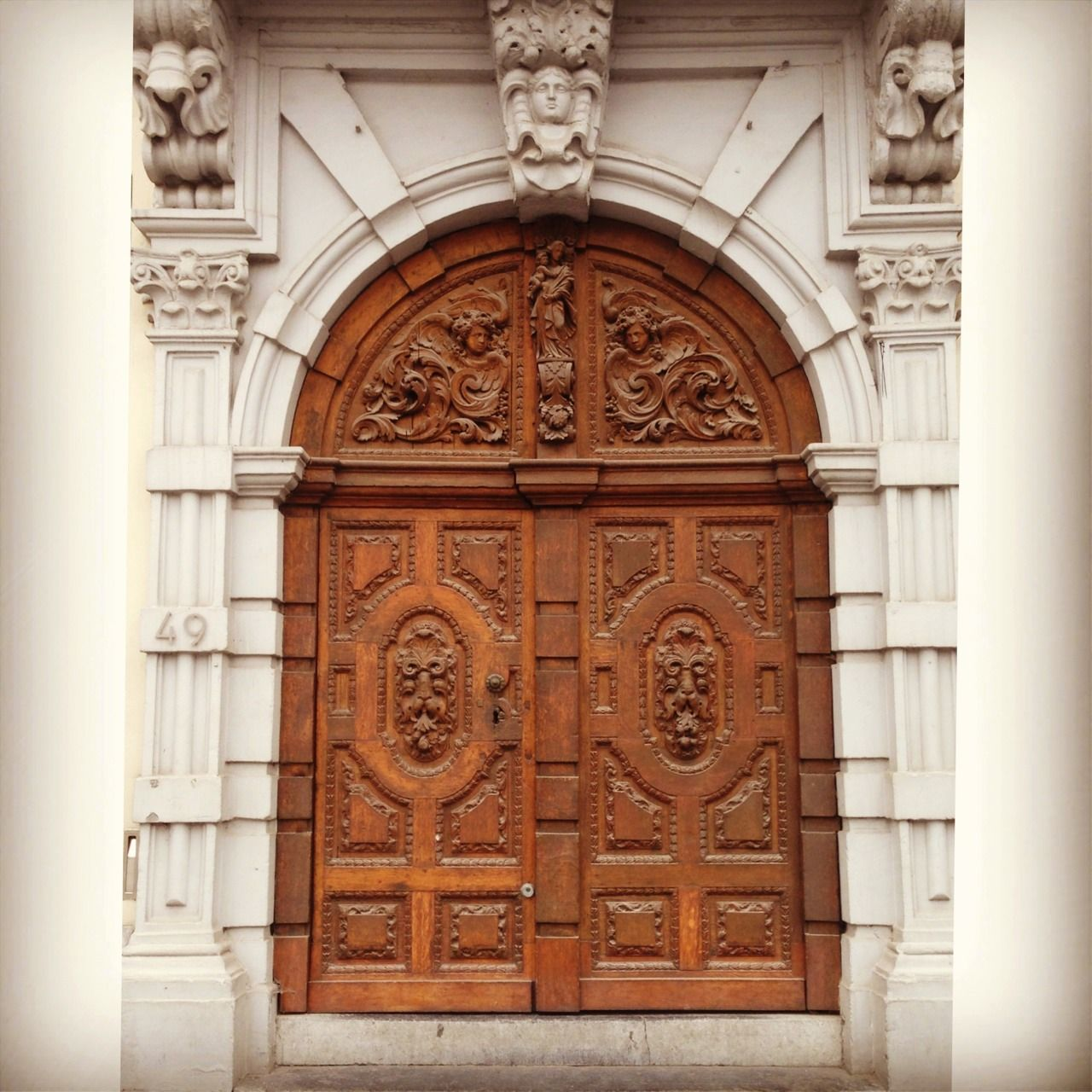 Ghent wooden door with ornaments : doors perception - pezcame.com