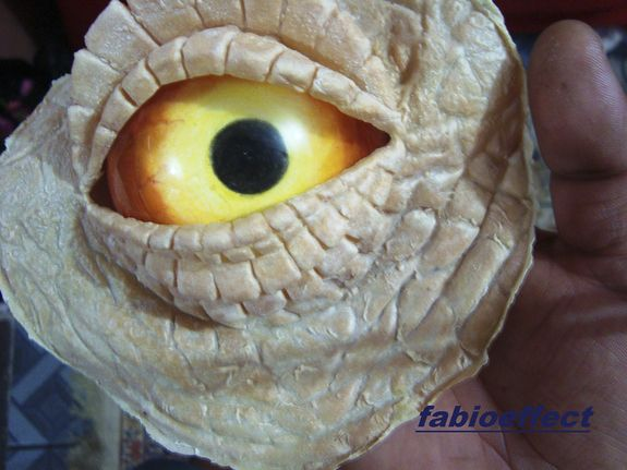 Watch this Brazilian Dino maker, Fábio Silva, jump into character in his own, full-sized RAPTOR SUIT!