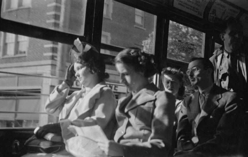 Des voyageurs d'un tramway à l'heure de pointe. - 10 août 1941 BAnQ, P48,S1,P6879