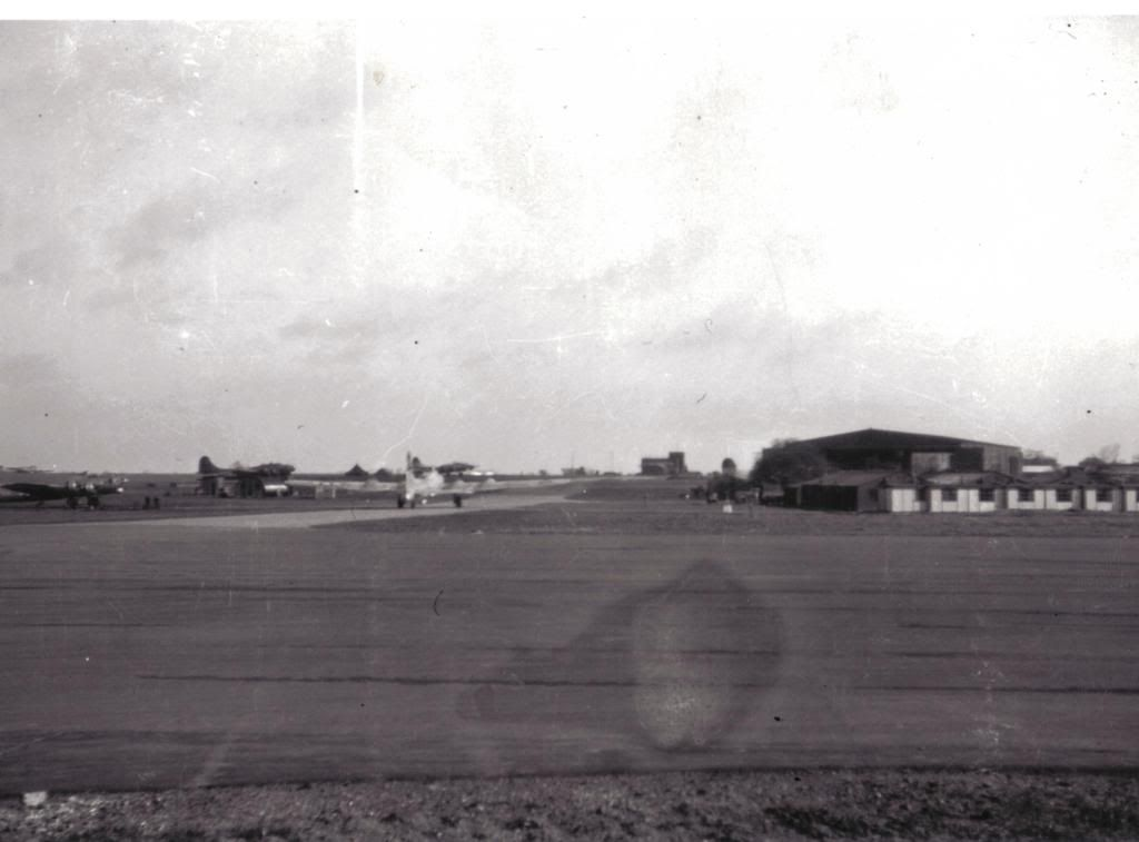 Thurleigh / Bedford - B17's on runway