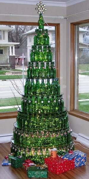 Elegant Tree Made From Used Bottles Hilarious And Sustainable At The Same Tim Kreative Weihnachtsbaume Weihnachtsbaum Alternative Einzigartige Weihnachtsbaume