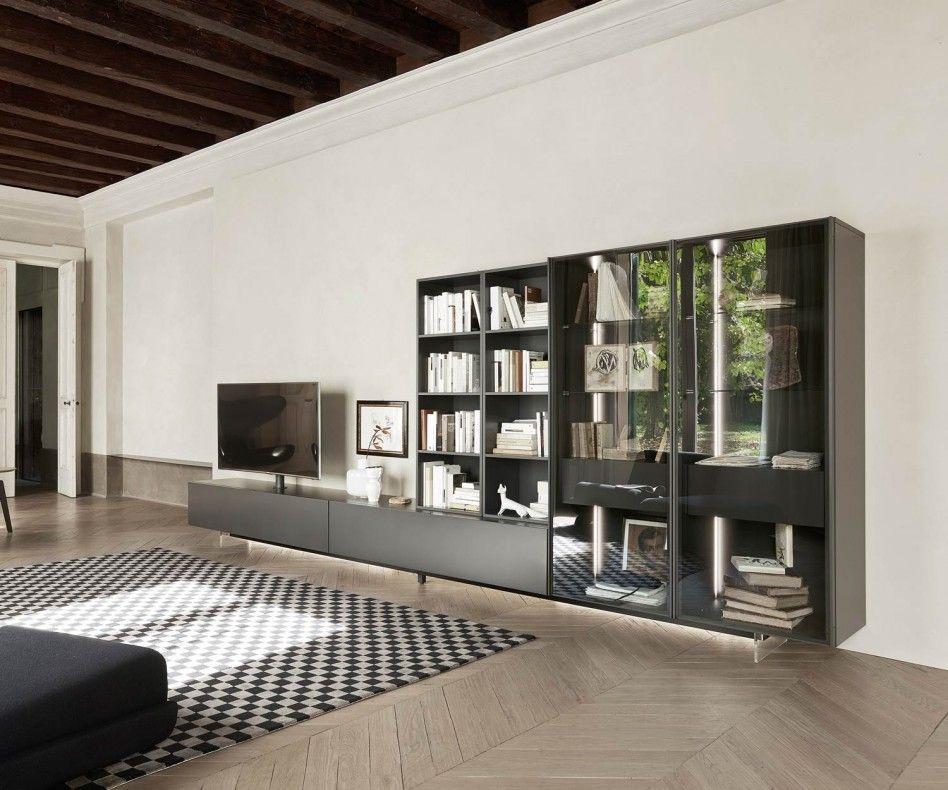 Elegante Wohnwand C43 Von Livitalia Aus Italien. Das Flache Lowboard Steht  Auf Transparenten Füßen Und