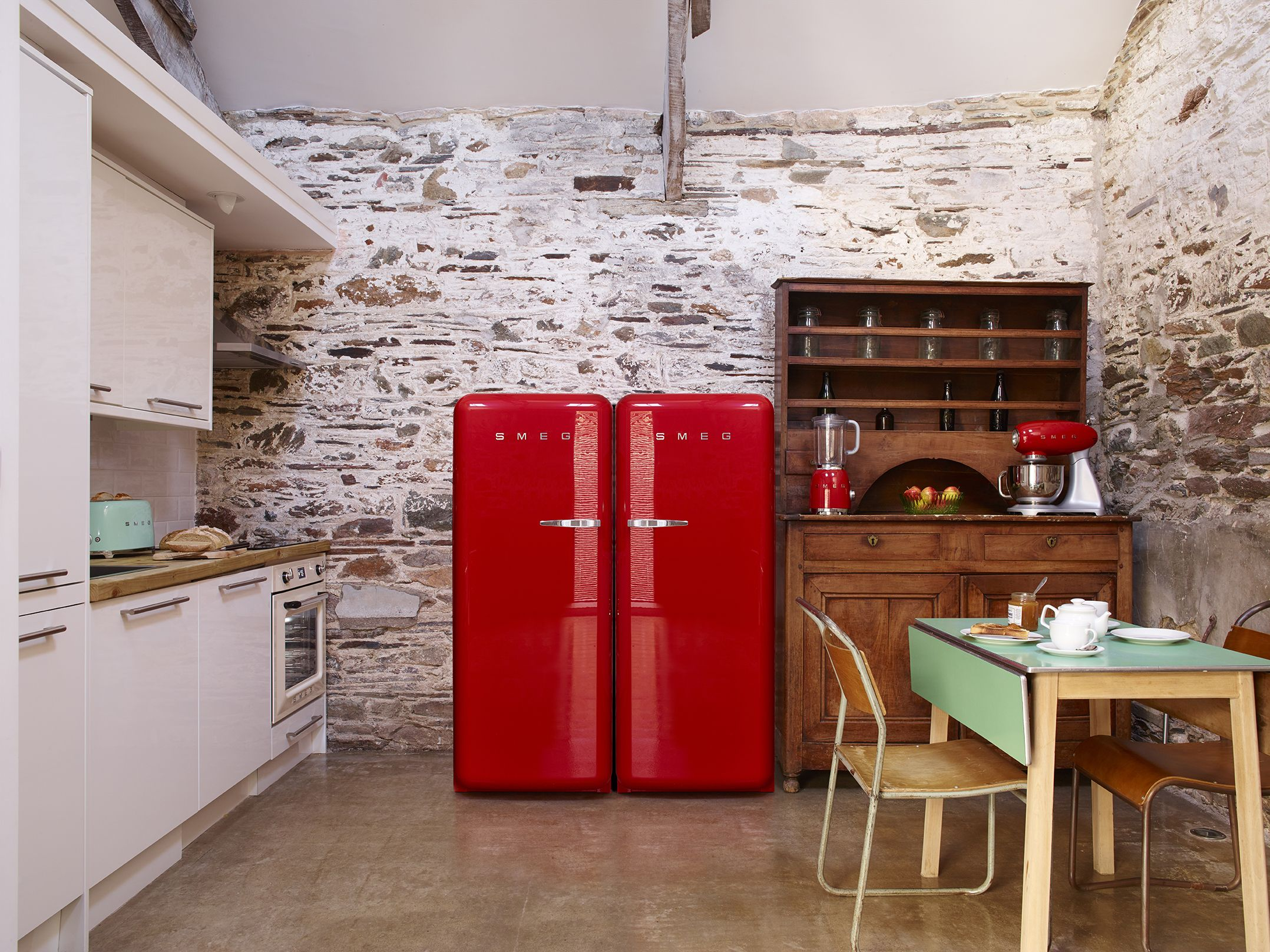 Cucina A Gas Smeg Vintage A Fantastic Lifestyle Setting Offered By Smeg 50 S Retro Style