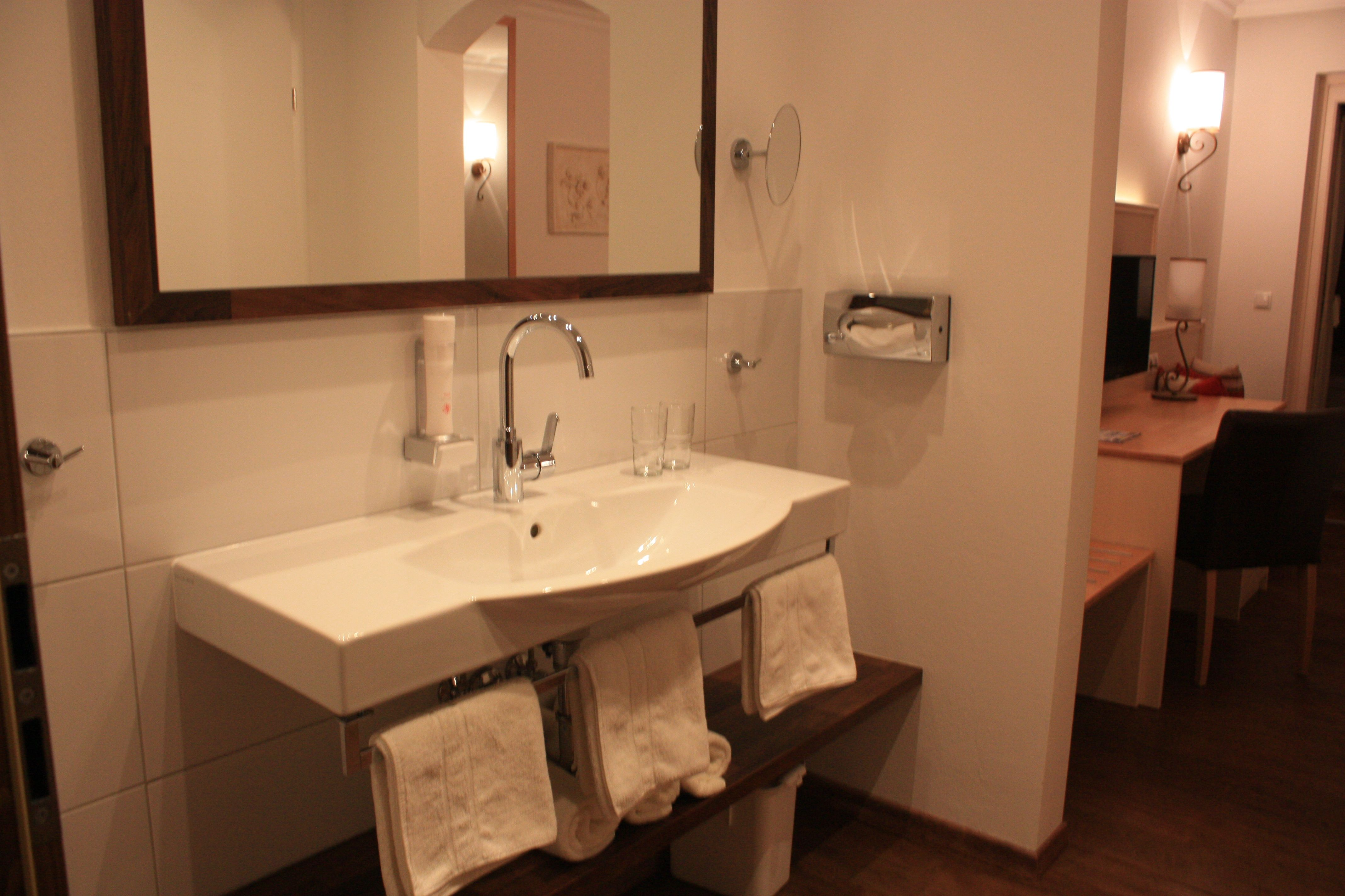 Waschtisch und Spiegel im Hotel Garni Sonnhof